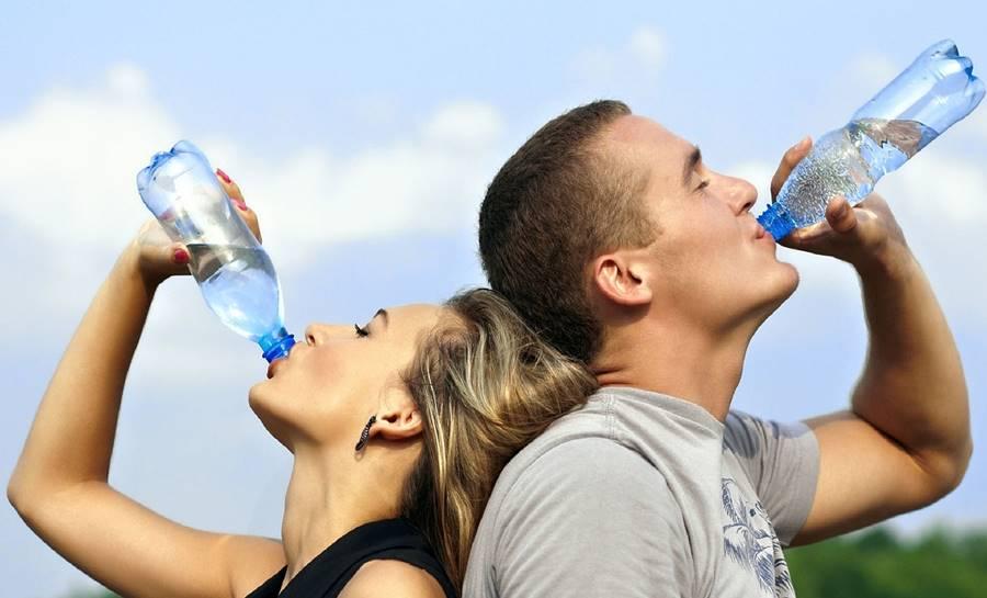 ¿Puedo beber Agua antes de un Análisis de Sangre?, ¿Por qué se puede beber agua antes de realizarse una Analítica de Sangre?, ¿Qué cantidad de Agua puedo beber antes de una analítica de sangre?, Beber Agua antes de una analítica de sangre y Deshidratación, Analítica de sangre en personas mayores o ancianos, Beber Agua antes de un análisis de sangre y Triglicéridos, Venas y análisis de Sangre,