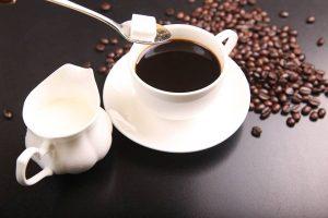 ¿Puedo beber café si tomo antidepresivos?, café y antidepresivos, café con antidepresivos, ¿Qué alimentos y bebidas contienen cafeína?, problemas de la cafeína con los medicamentos, ¿Cuánto café puedo beber al día?,